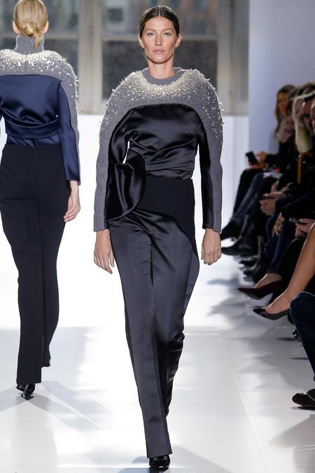 Бразильская модель Жизель Бундхен завершила показ Balenciaga