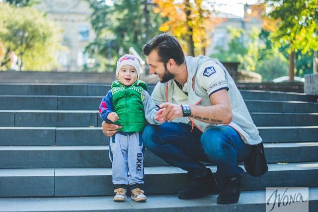 Певец утверждает, что нужно уделять малышу много внимания.