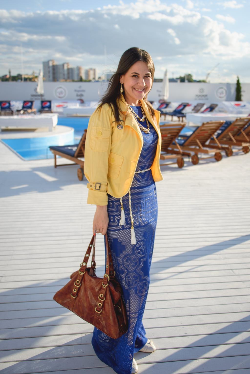 Певица Анжелика Рудницкая проявила свой патриотизм посредством наряда в цветовой гамме украинского флага
