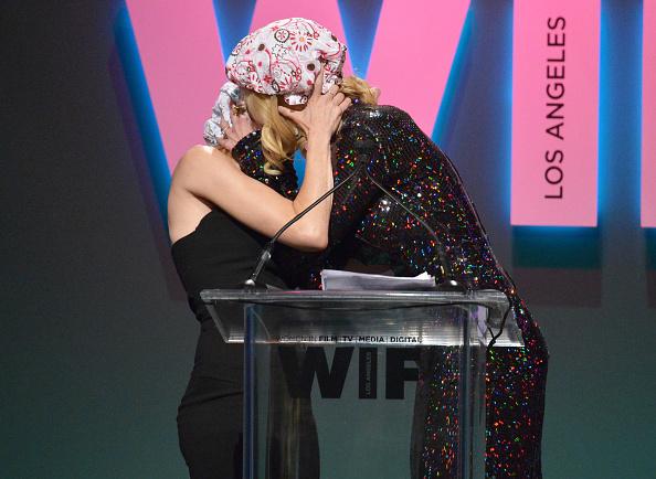 Николь Кидман и Наоми Уоттс поцеловались прямо на сцене