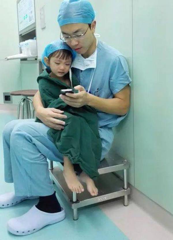 Доброе сердце: Как доктор успокоил малышку перед сложной операцией