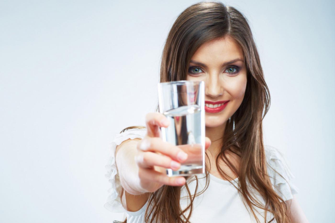 Стакан воды с утра совершит волшебство с вашим организмом