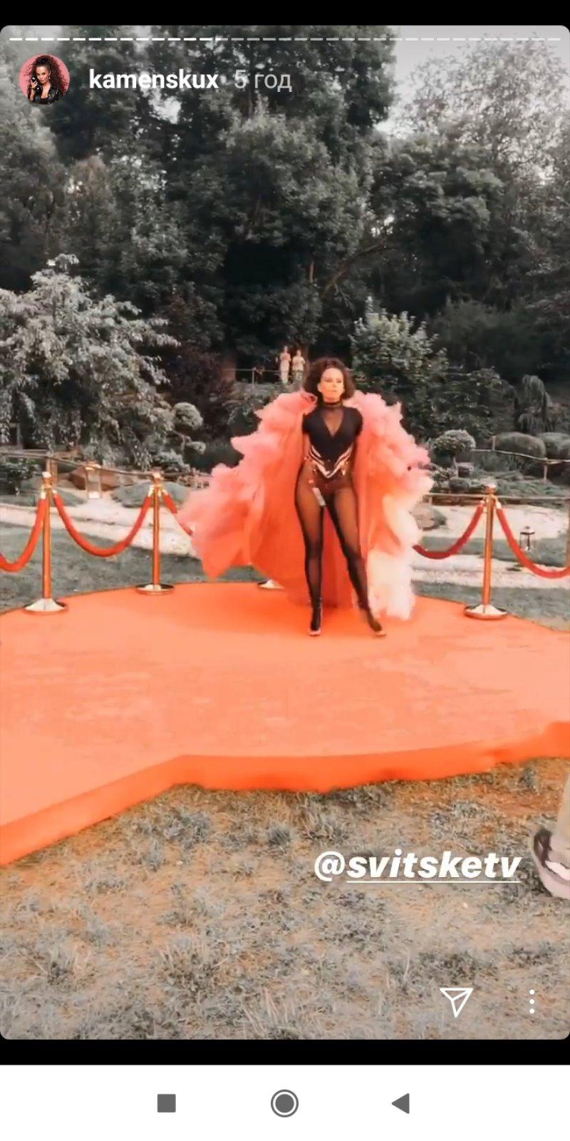 Горячая Каменских засветила на сцене зону бикини: Как вам образ?