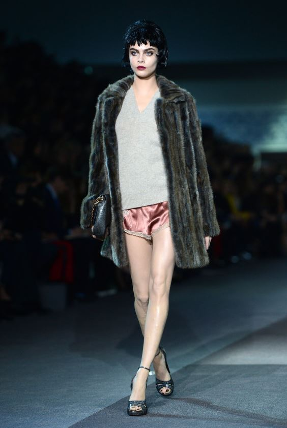 Кара Делевинь на показе Louis Vuitton