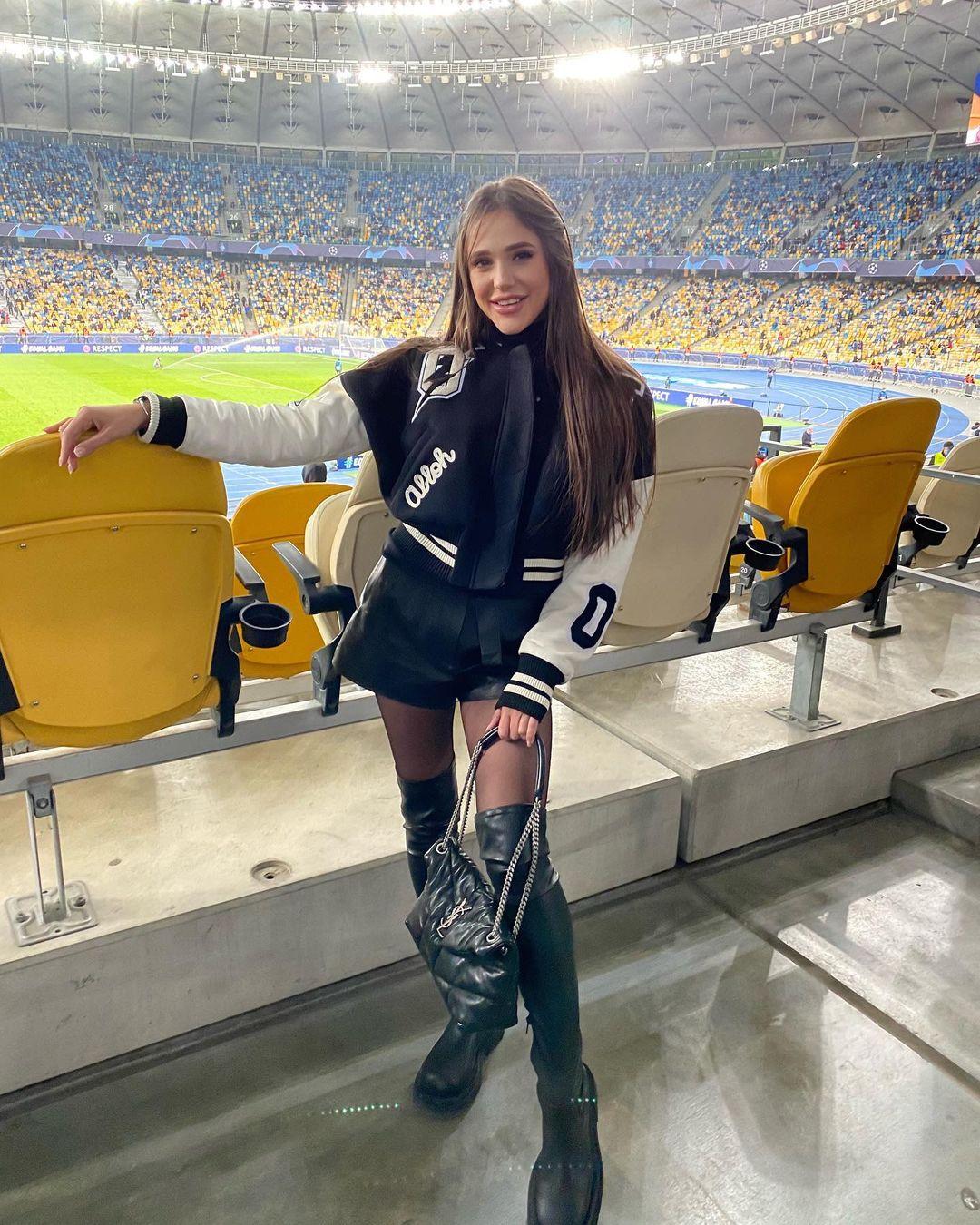Победительница «Холостяка» продемонстрировала растяжку на стадионе