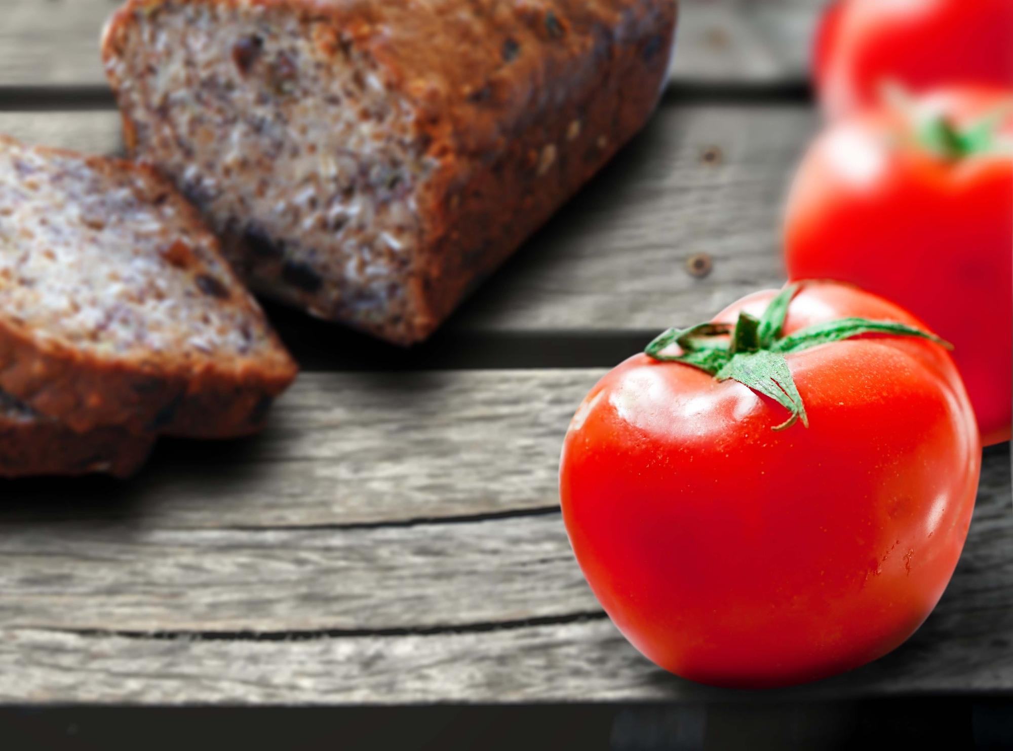Томатный хлеб с вялеными помидорами и пряными травами