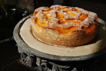 Шарлотка с консервированными персиками: необычный рецепт