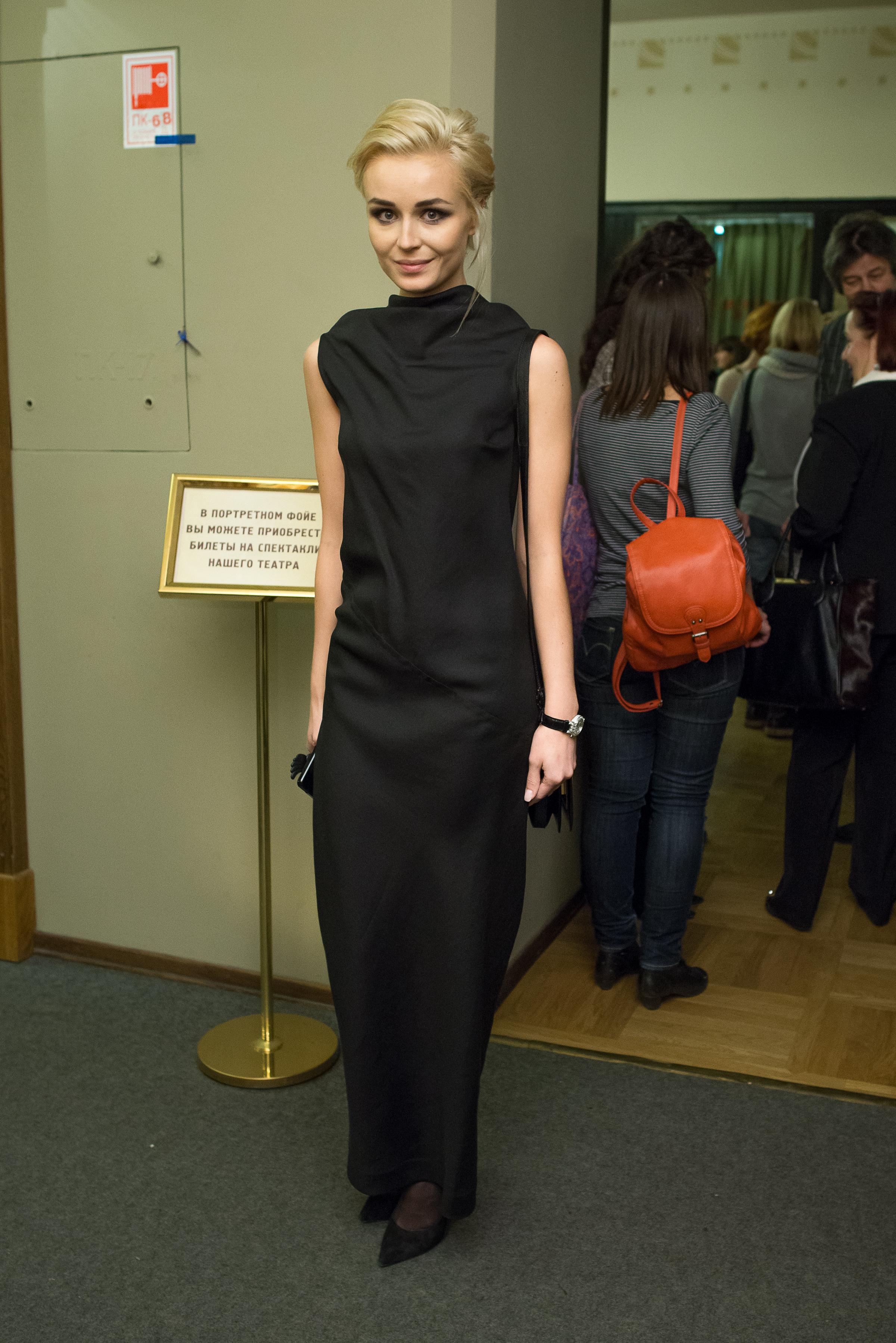 Певица Полина Гагарина в черном лаконичном платье в пол