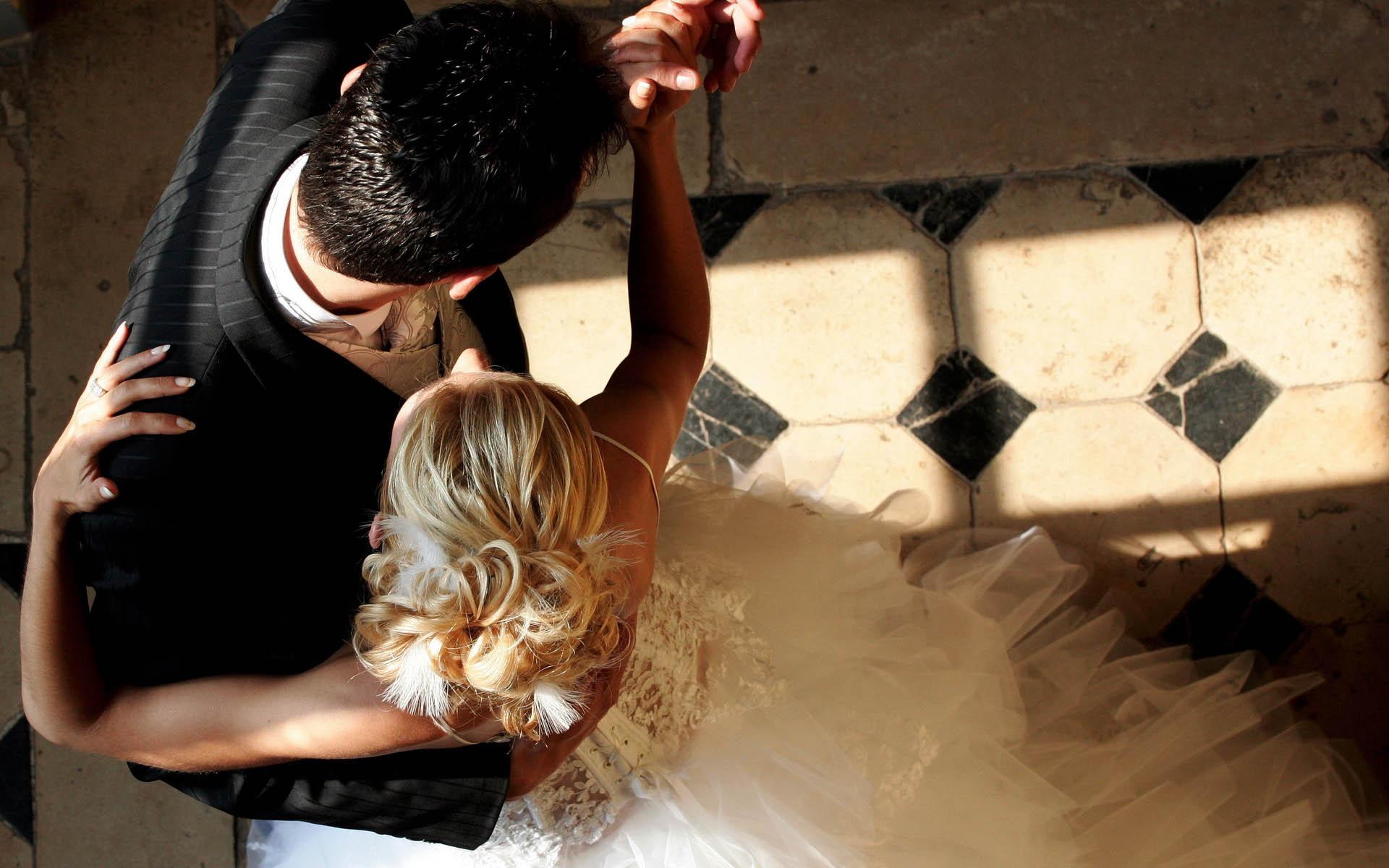 Первый танец в свадебном платье