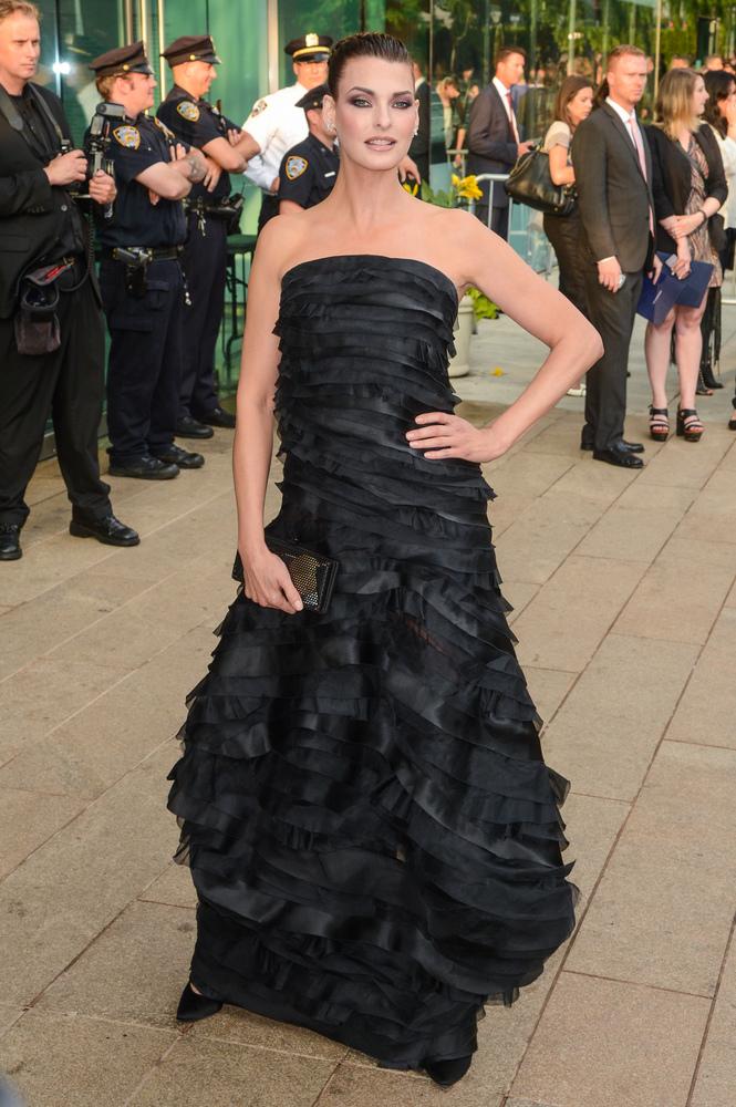 Модель Линда Евангелиста в самом многослойном платье месяца