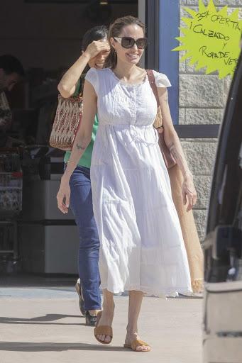 Белый образ Джоли летом 2020