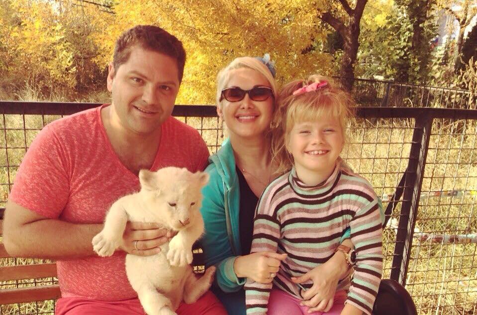 Екатерина Бужинская с дочкой и мужем