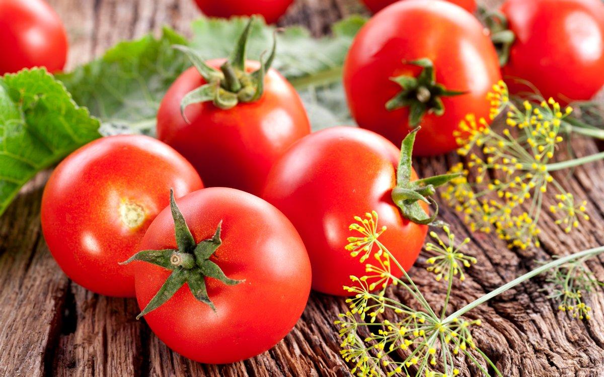 Томаты содержат огромное количество витамина С, благодаря которому вырабатывается коллаген