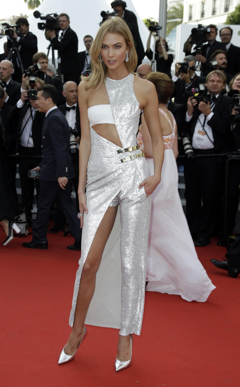 Модель Карли Клосс в наряде-трансформере от Versace