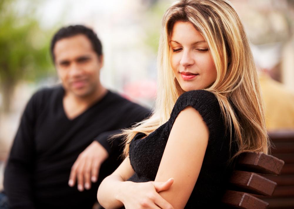 как мужчина знакомится с понравившейся женщиной