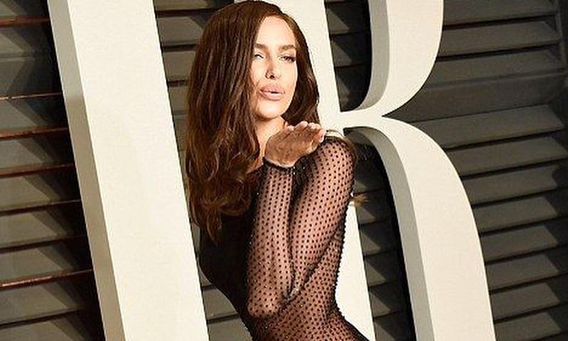 Прикрыла пышную грудь сумочкой: Ирина Шейк снялась в необычной фотосессии