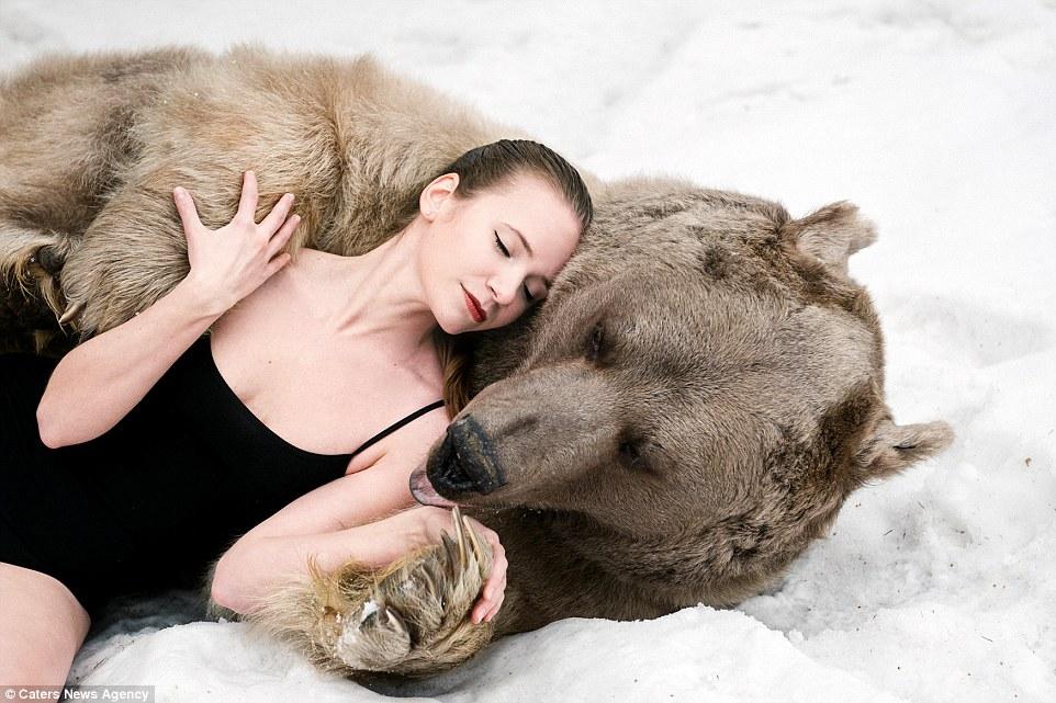 Российские модели устроили фотосессию с живым медведем