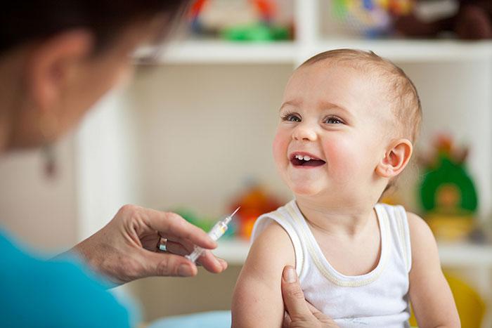 В возрасте 1 года ребенку нужно сделать вакцину КПК