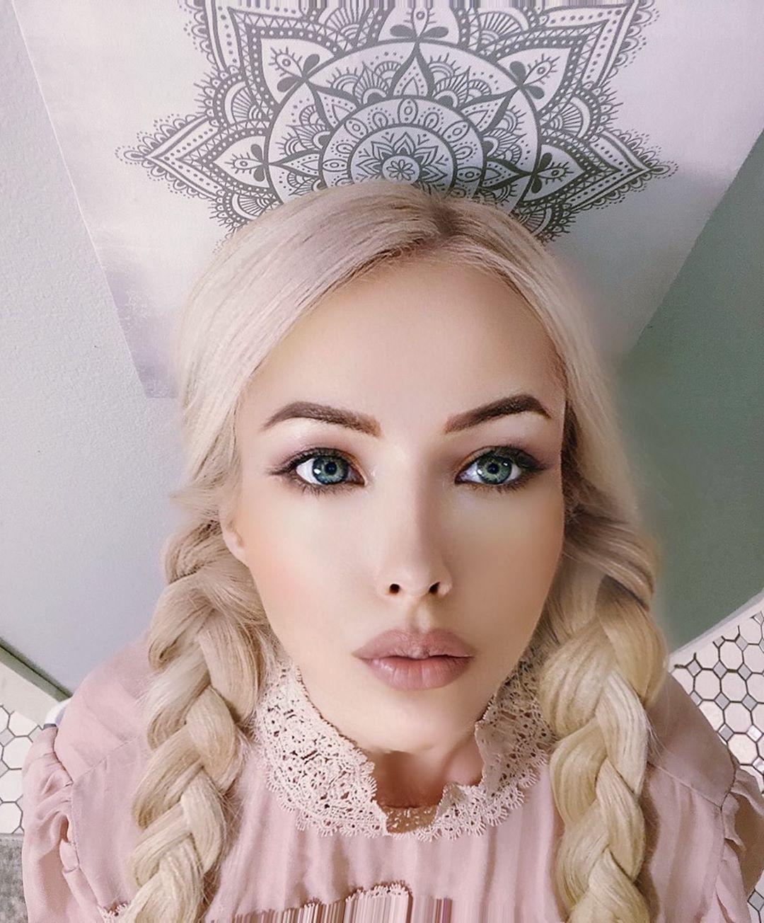 Валерия Лукьянова показала нереально тонкую талию