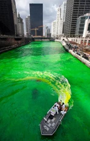 Зеленые воды реки в Чикаго