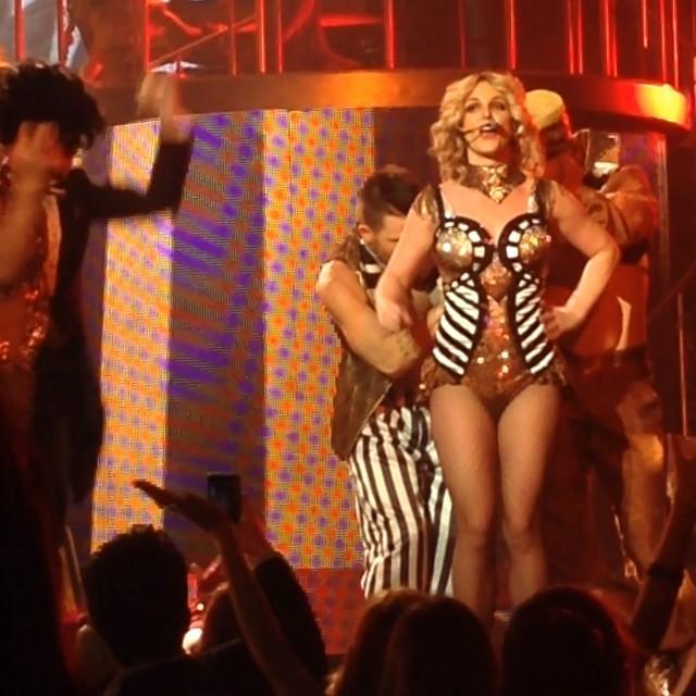 Один из танцоров застегнул молнию на концертном костюме Бритни