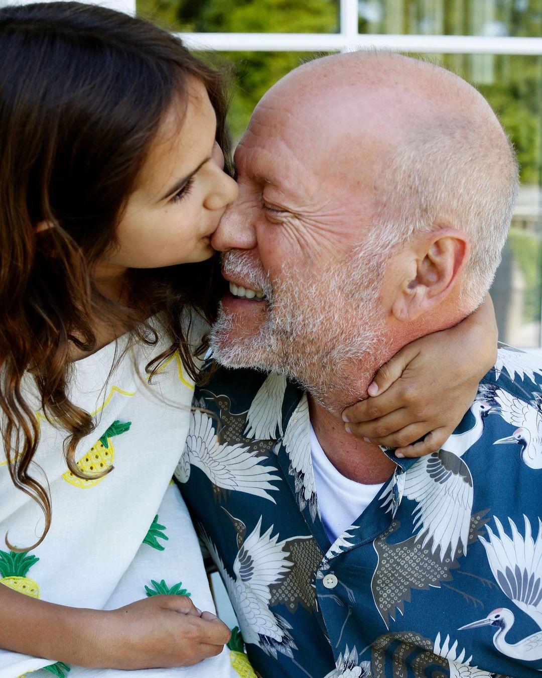 Брюса Уиллиса нещадно раскритиковали за поцелуй в губы с восьмилетней дочерью