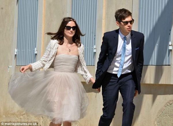 В этом же платье Кира вышла замуж за музыканта Джеймса Райтона в мае 2013 года
