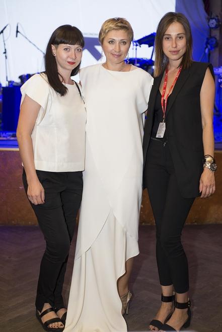 Президент ОМКФ Виктория Тигипко (в ценре), дизайнеры Наталья Каменская (справа) и Олеся Кононова