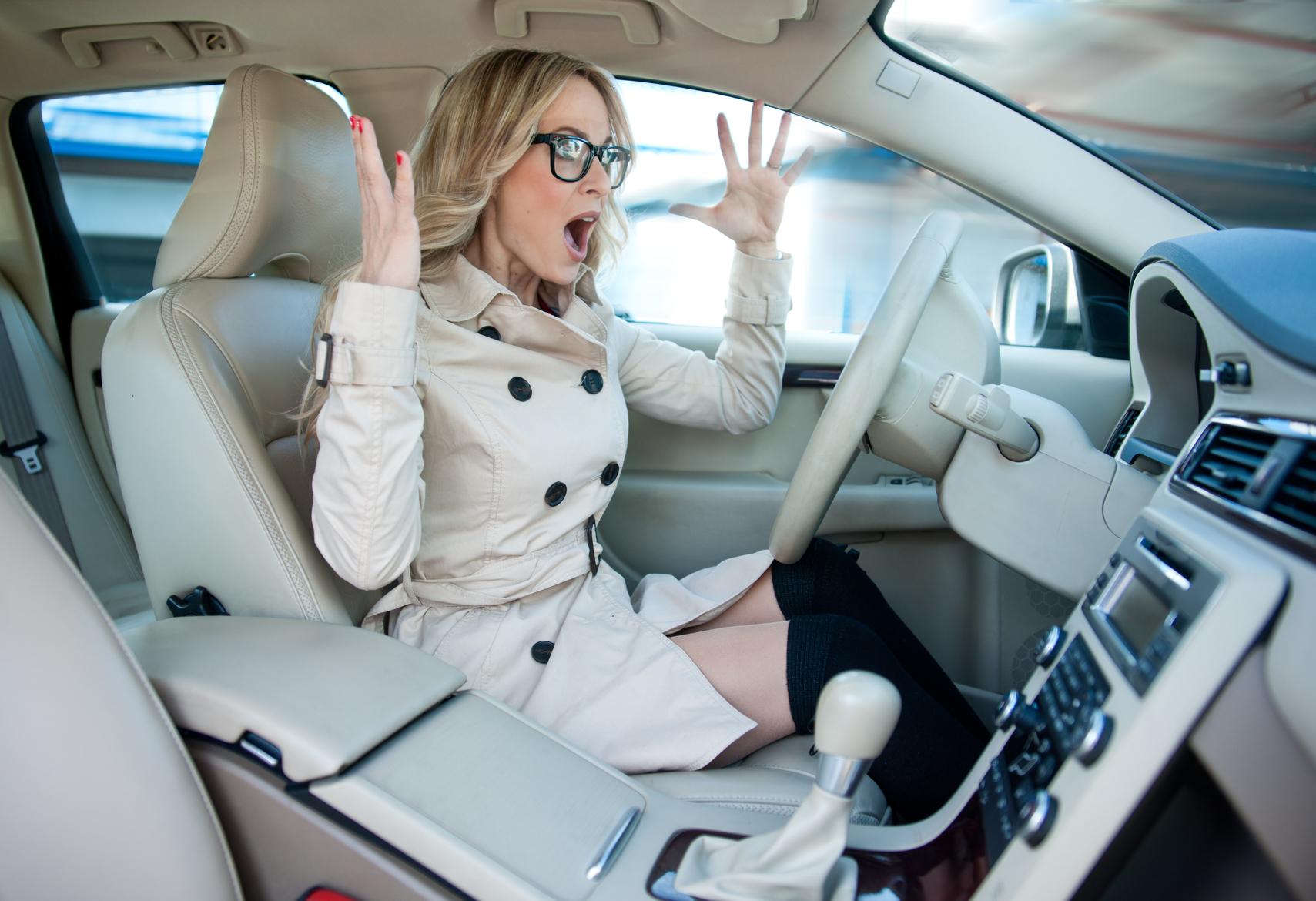 Фото девушек садятся в авто