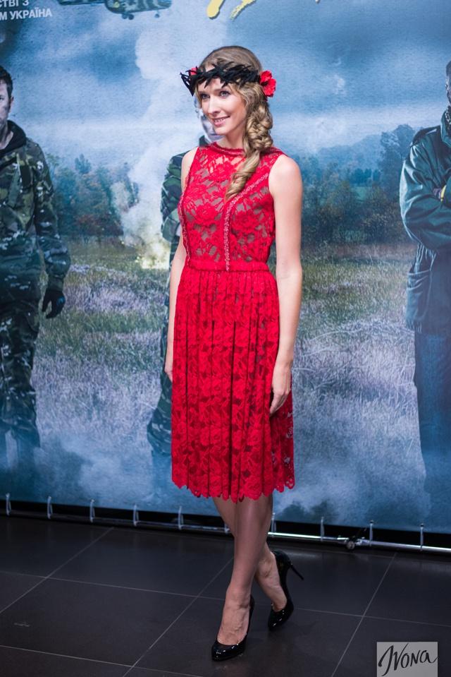 Катя Осадчая надела на премьеру фильма черный венок с маками
