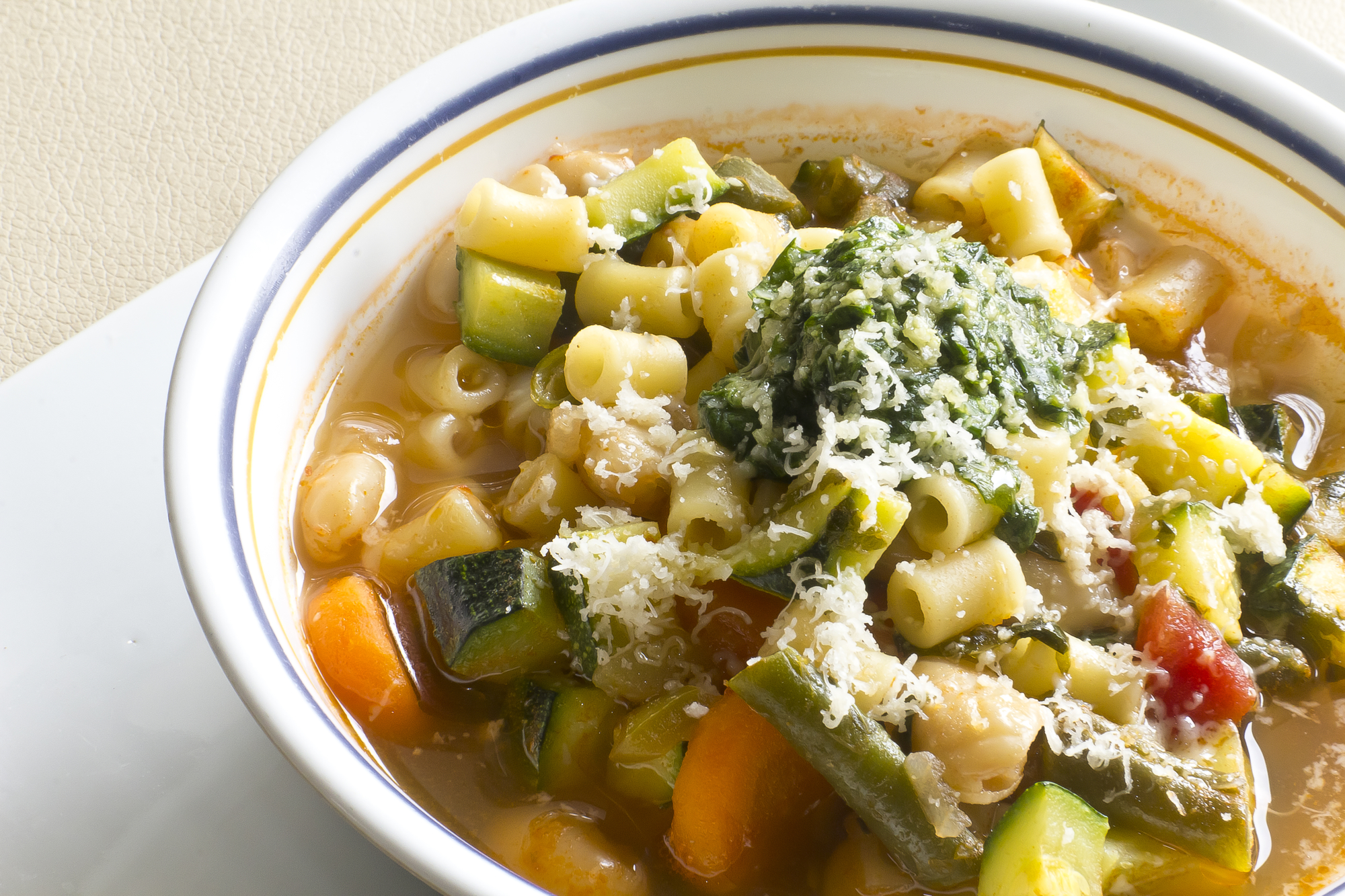 Рецепт на обед: сырный суп с замороженными овощами и грибами