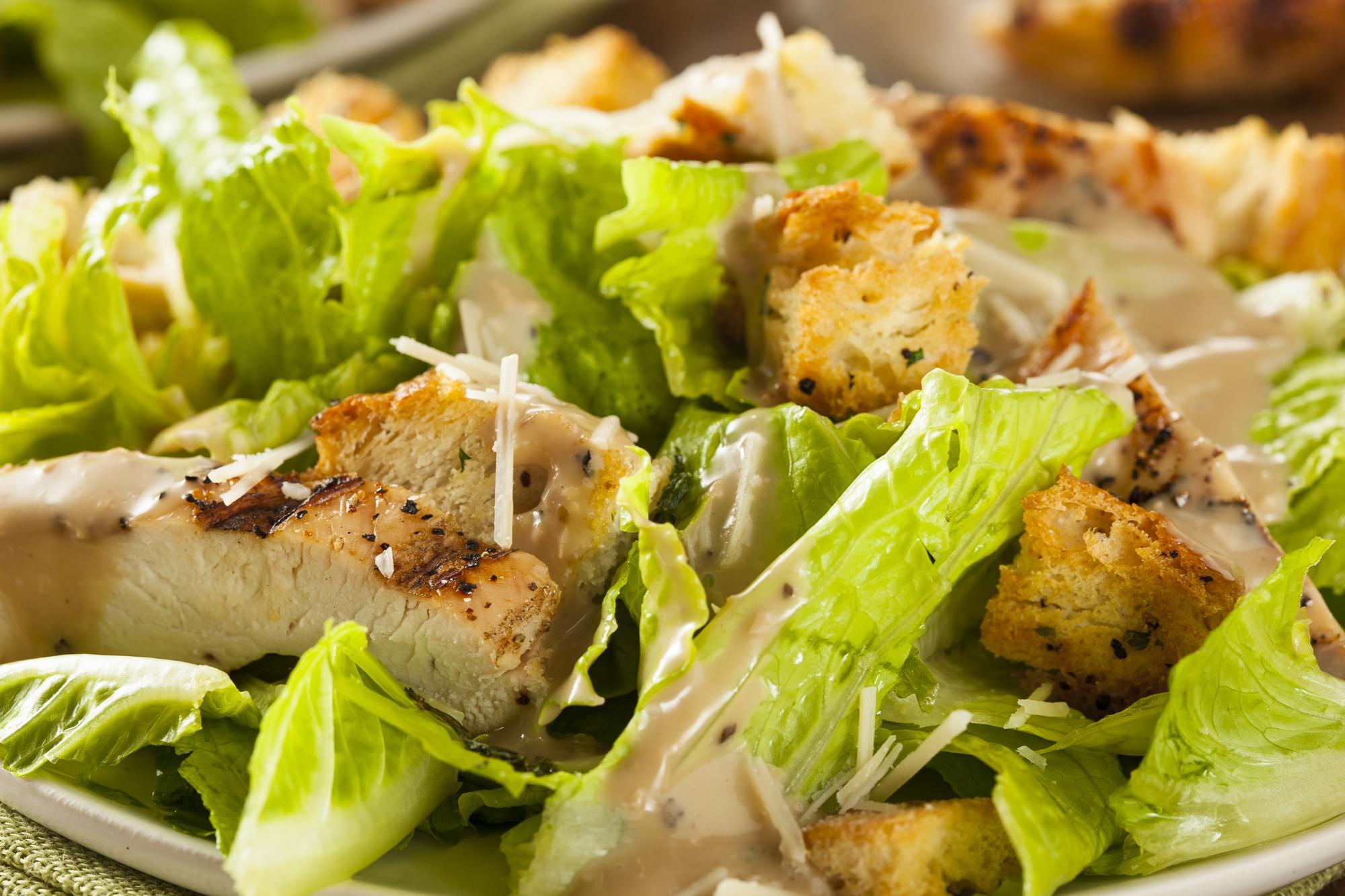Салат с домашними гренками и курицей