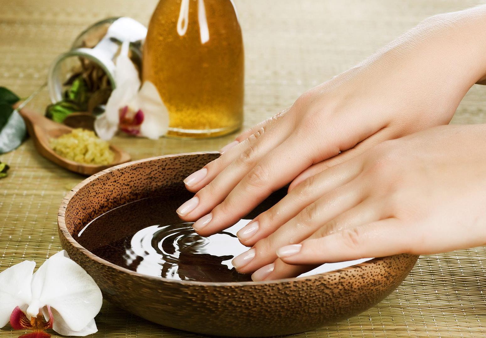 Обязательно делайте ванночки для рук, добавив пару ложек соли и несколько капель эфирного масла