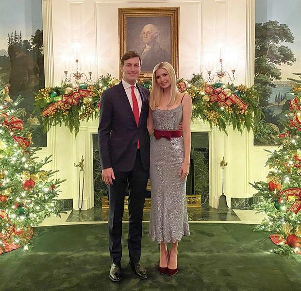 Иванка Трамп с мужем Джаредом Кушнером на рождественских фотографиях возле ели в Белом Доме.