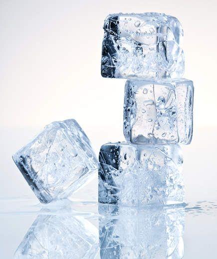 Зачем по утрам протирать лицо кубиком льда