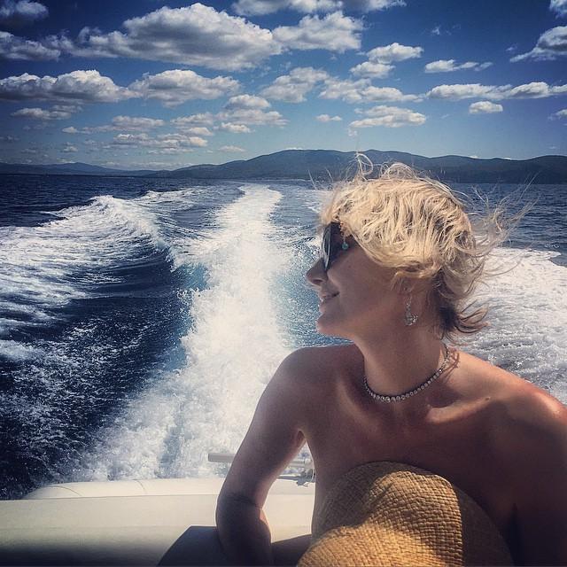 Рената Литвинова разделась во время отдыха на яхте