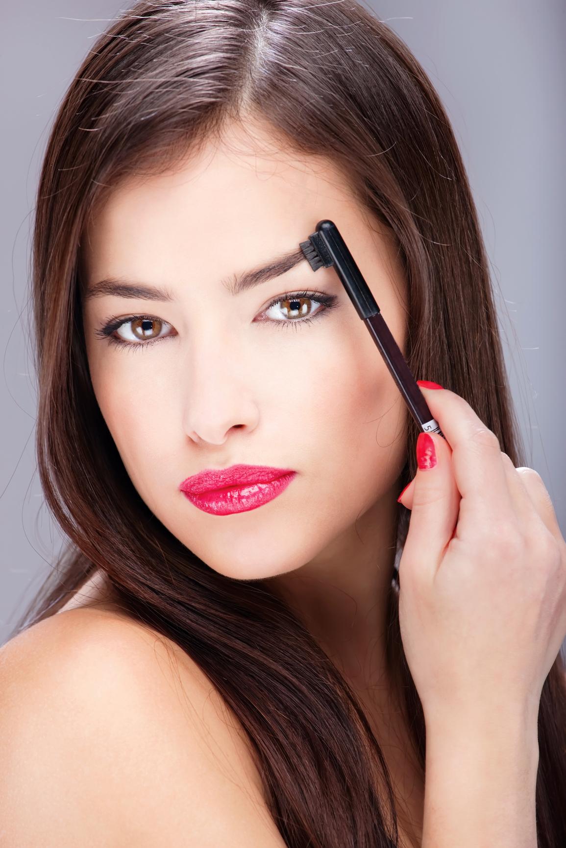 В твоей косметичке обязательно должна быть щеточка для бровей