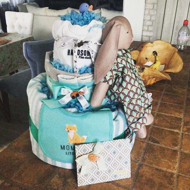 Новорожденный Артем получил в подарок первый в жизни торт