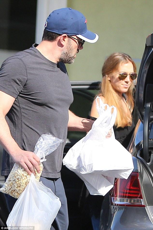 Бен Аффлек с няней его детей во время шоппинга
