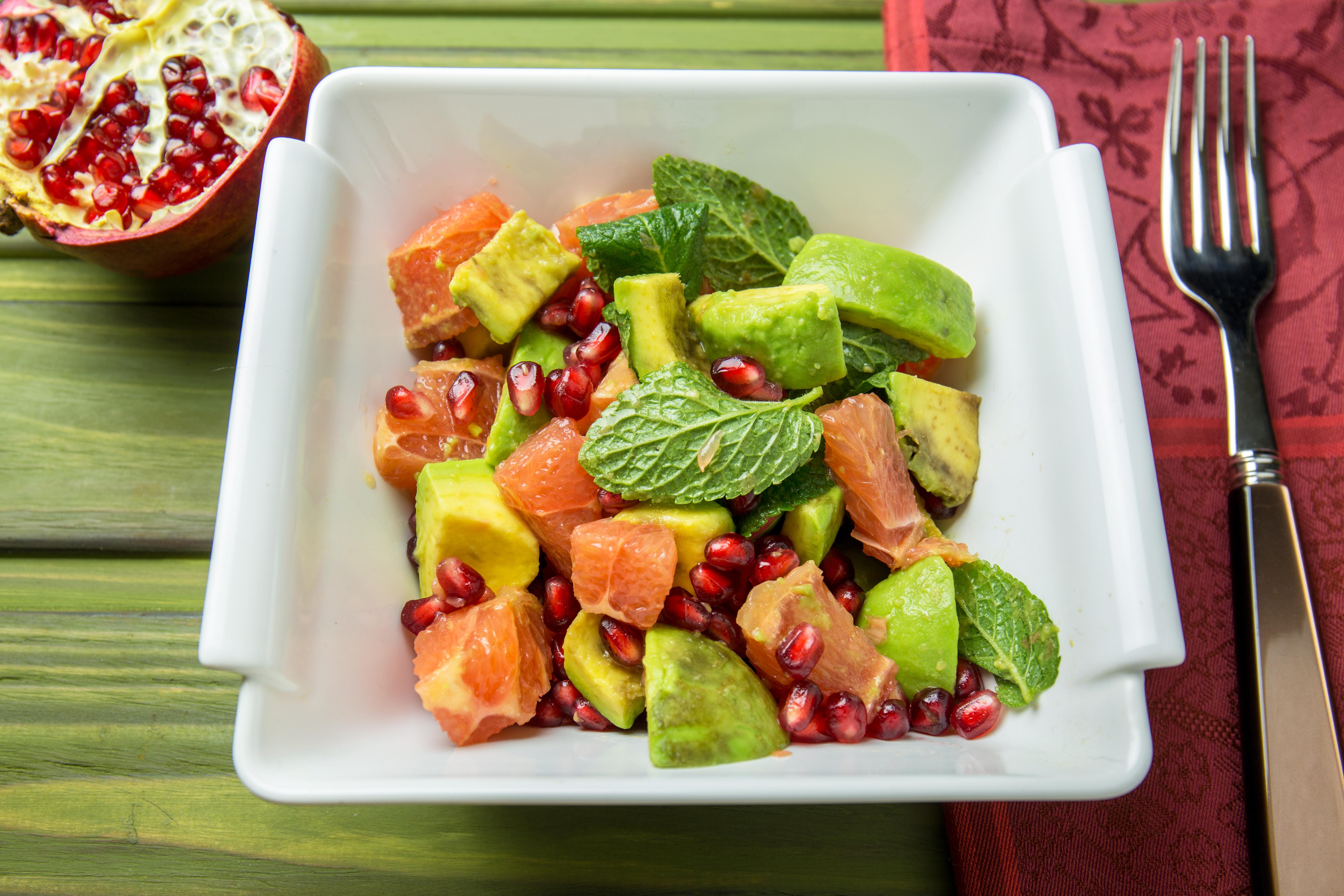 Рецепт новогоднего салата с авакадо и грейпфрутом