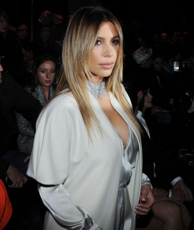 Светская львица Ким Кардашян попала в неловкую ситуацию из-за своего наряда