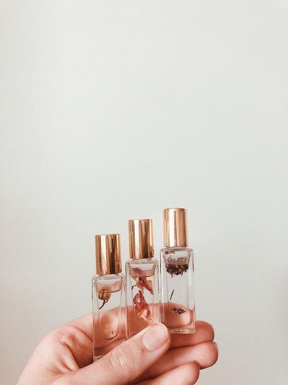 Женский аромат завораживает мужчину