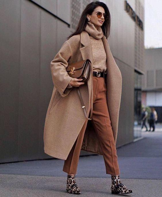 Классическое бежевое пальто - элемент базового гардероба женщины