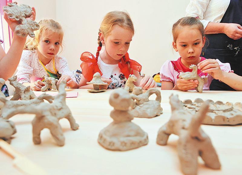 С помощью арт-терапии малыш может выразить свои чувства, преодолеть страхи и фобии, избавиться от комплексов