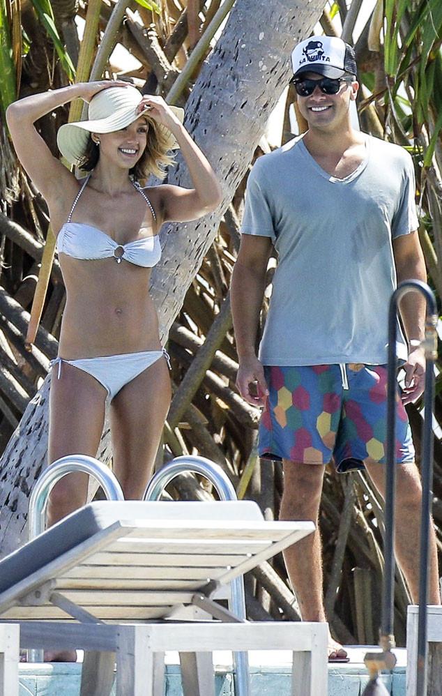 Звезда дополняет пляжный образ стильными аксессуарами: шляпкой или очками