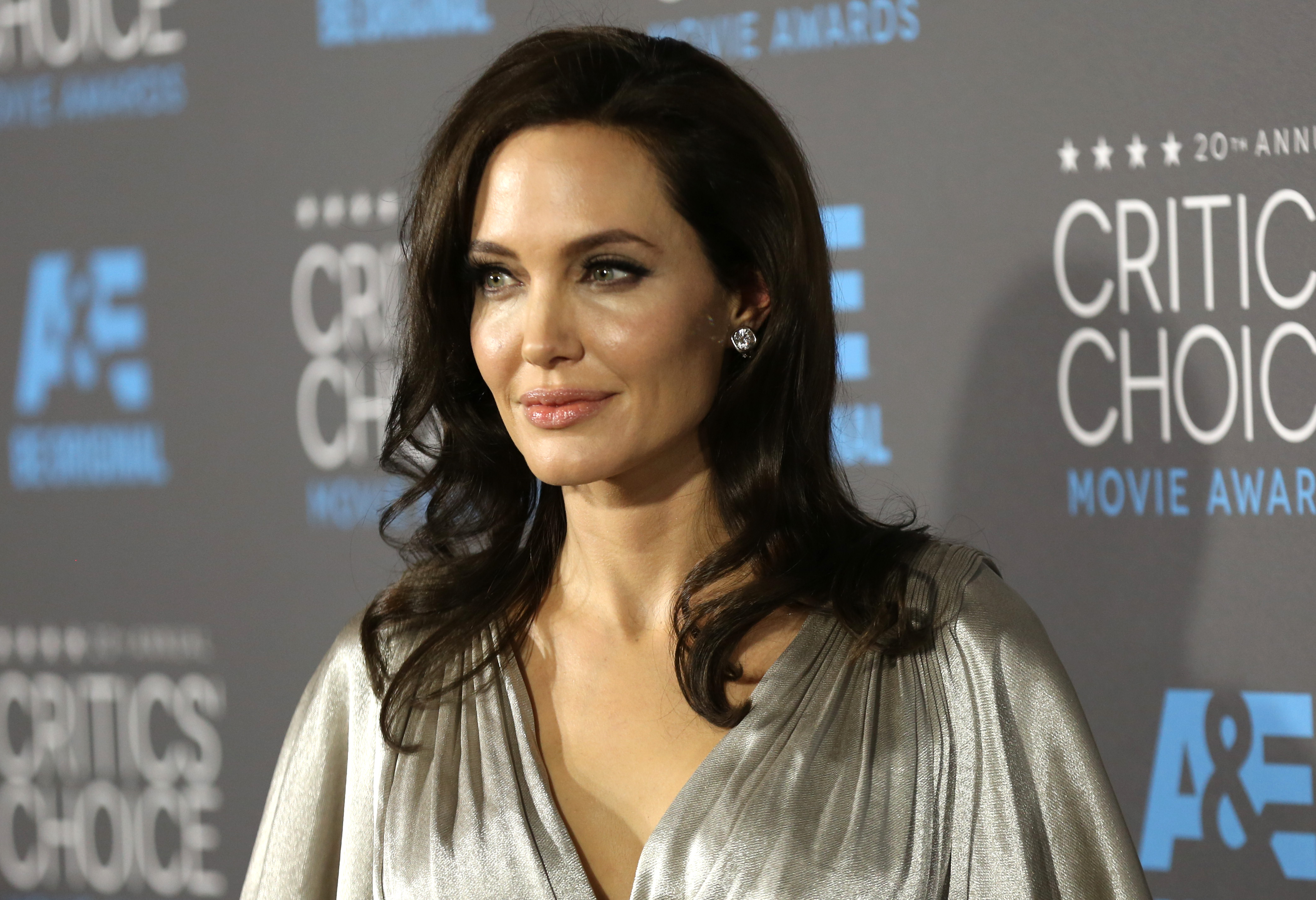 Анжелина Джоли подчеркнула фигуру платьем от Versace