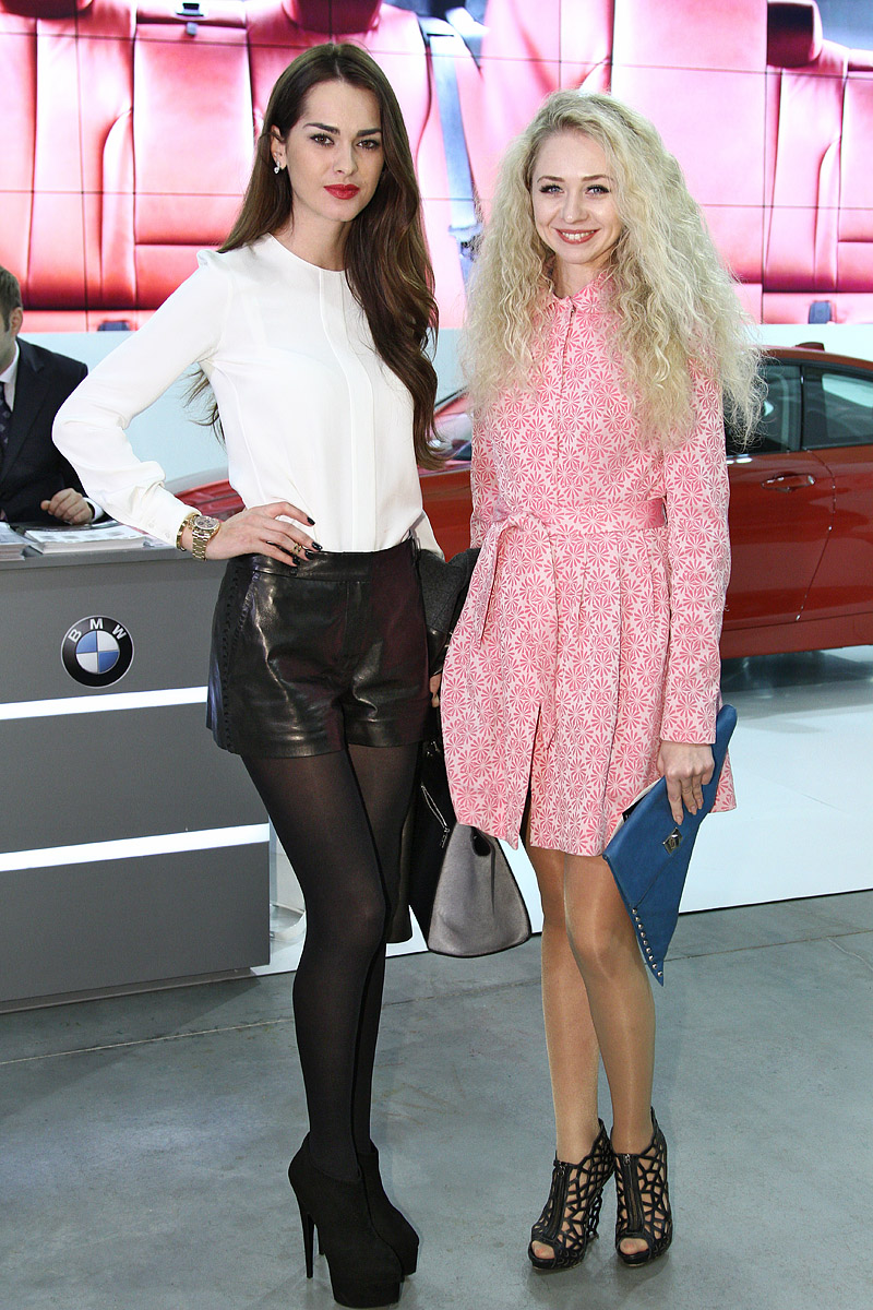 Вице-Мисс Вселенная 2011 Олеся Стефанко (слева) и дизайнер Анастасия Иванова
