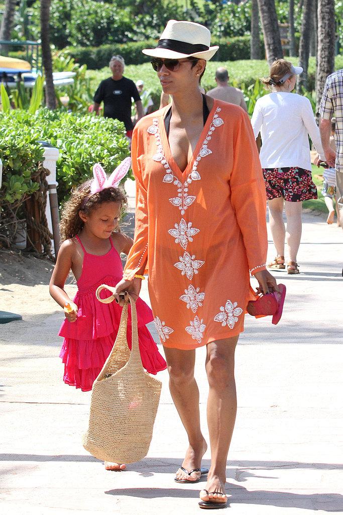Актриса Холли Берри на отдыхе отдает предпочтение ярким туникам