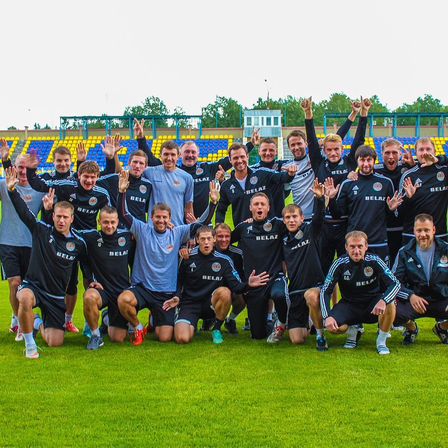 Прощальное фото Сергея Мельника с игроками футбольного клуба