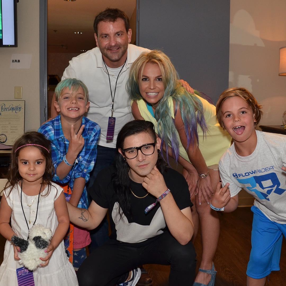 Бритни Спирс покрасила волосы в зелено-фиолетовый цвет
